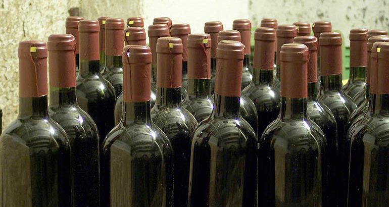 Wijnhandelaar vindt drugs tussen wijndozen